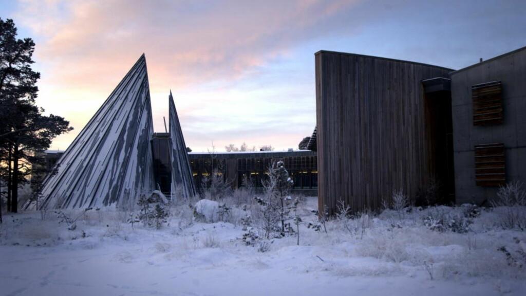 KARASJOK I FINNMARK : Snøen ligger allerede, og i dag har også kulda slått inn for alvor i Karasjok. Om ikke helt, så vil det se omtrent slik ut ut utenfor Sametinget når det skumrer i ettermiddag. Arkivfoto: Kaja Baardsen.