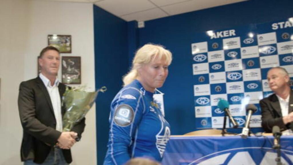 GLAD: Eva Britt Mauseth er veldig fornøyd med ansettelsen av Ole Gunnar Solskjær. Her fra pressekonferansen da Kjell Jonevret fikk sparken. Foto: Erik Hattrem