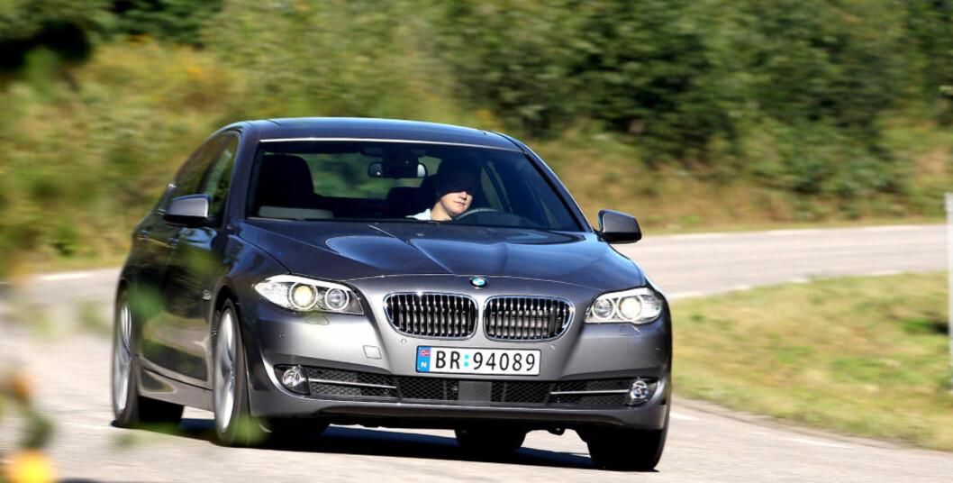 <strong>IMPONERENDE:</strong> Kjøreglad og god komfort. BMW 5-serie koster, men imponerer. Foto: VI MENN BIL