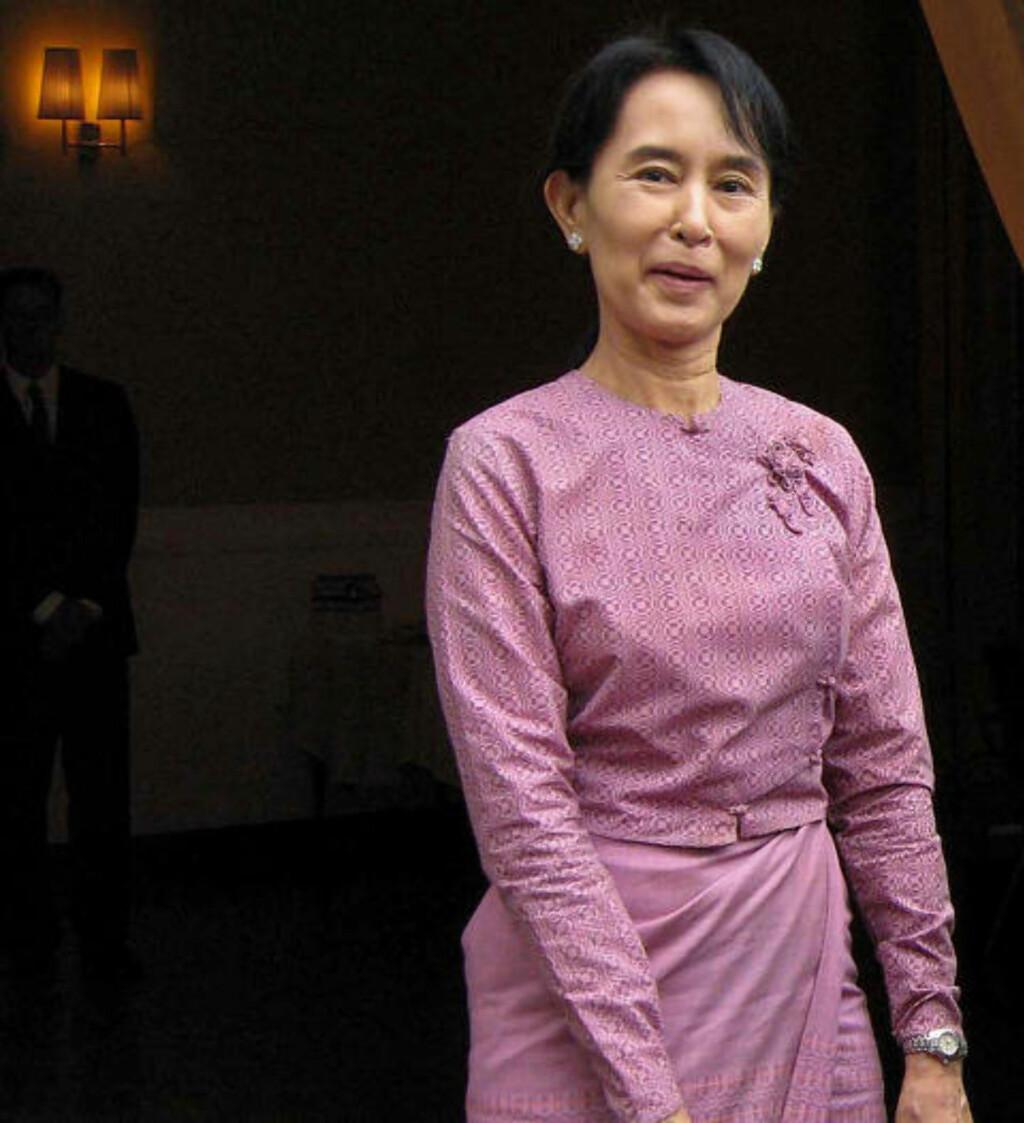 KAN BLI SATT FRI:  Husarresten til fredsprisvinner Aung San Suu Kyi i Burma utløpet lørdag, men mange frykter at militærjuntaen vil finne et nytt påskudd til å holde henne innesperret. Foto: AFP/SCANPIX