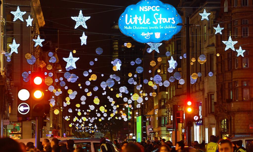 JULESTEMNING: Jula er offisielt i gang i London. søndag tentes julelysene i Oxford Street. Photo: Paul Brown/REX/Shutterstock / NTB Scanpix