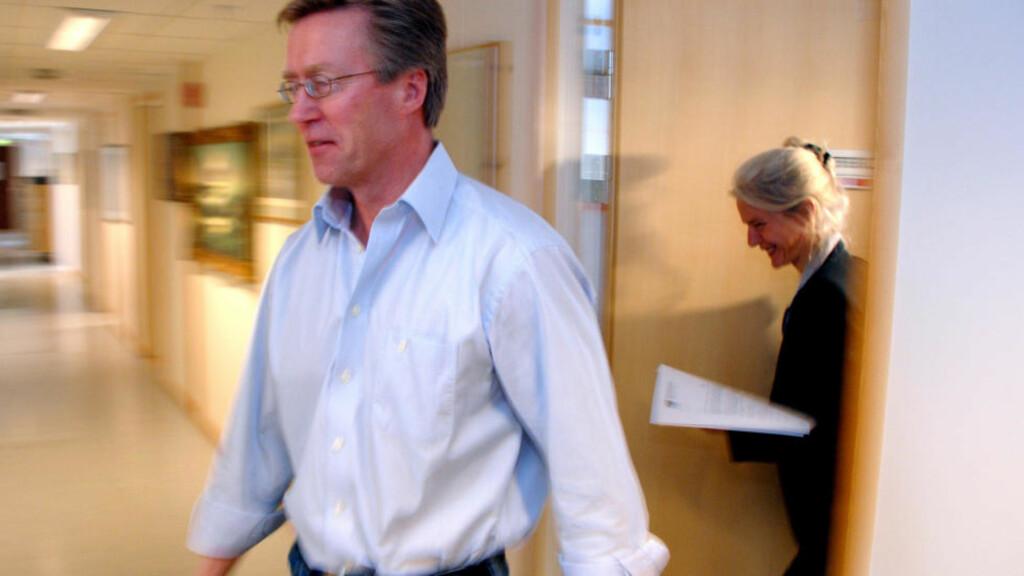 MÅTTE GÅ: Direktør Eivind Solheim ved Nordlandssykehuset på vei ut av pressekonferansen der han forklarte hvorfor han forlater sjefsstolen. I bakgrunnen informasjonssjef Randi Angelsen. Foto: Erik Veigård / Scanpix