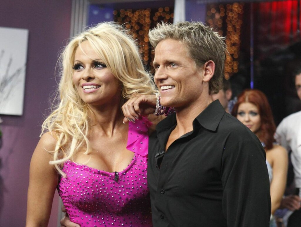 PUPPETAPE: Pamela Anderson må bruke puppetape under både øvelsene, samt de direktesendte episodene av «Dancing with the Stars». Her med dansepartner Damian Whitewood.  Foto: All Over Press