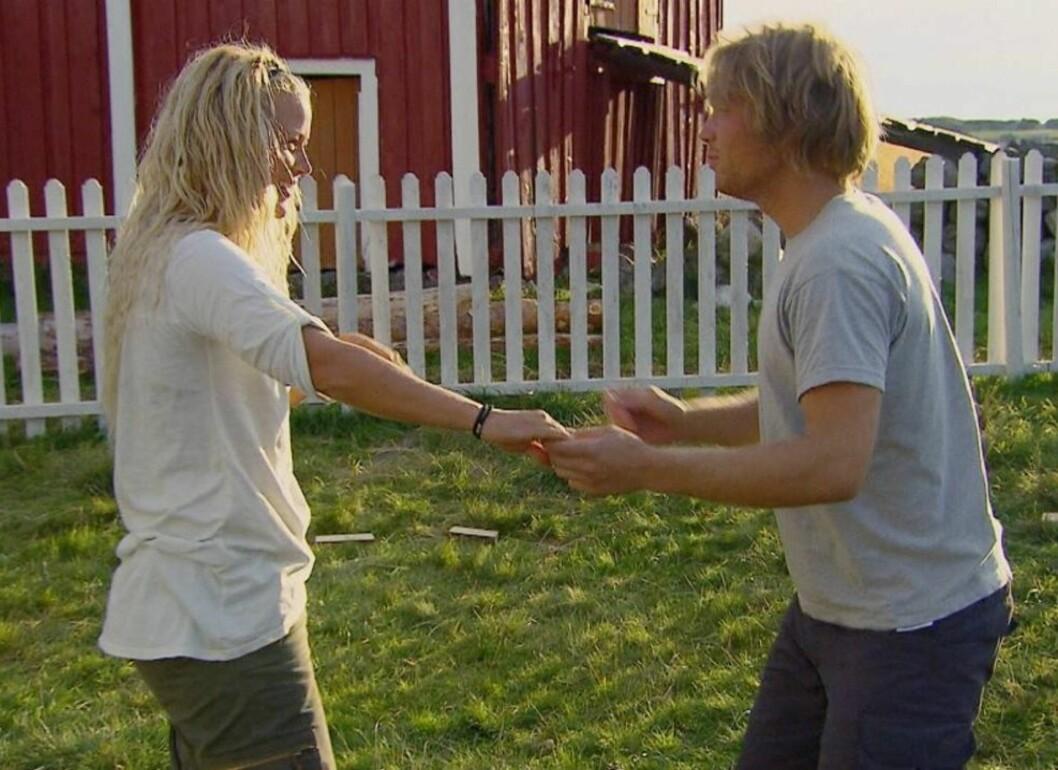 <strong>FINNER TONEN:</strong> Det er duket for litt romantikk mellom Karin Jonassen og Simon Fjeld Mengaaen i «Farmen». Foto: TV 2