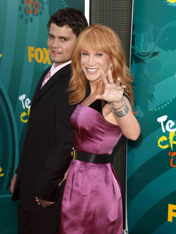 MED UNGT FØLGE: Komiker Kathy Griffin kom sammen med 19 år gamle Levi Johnston.  Foto: Stella Pictures
