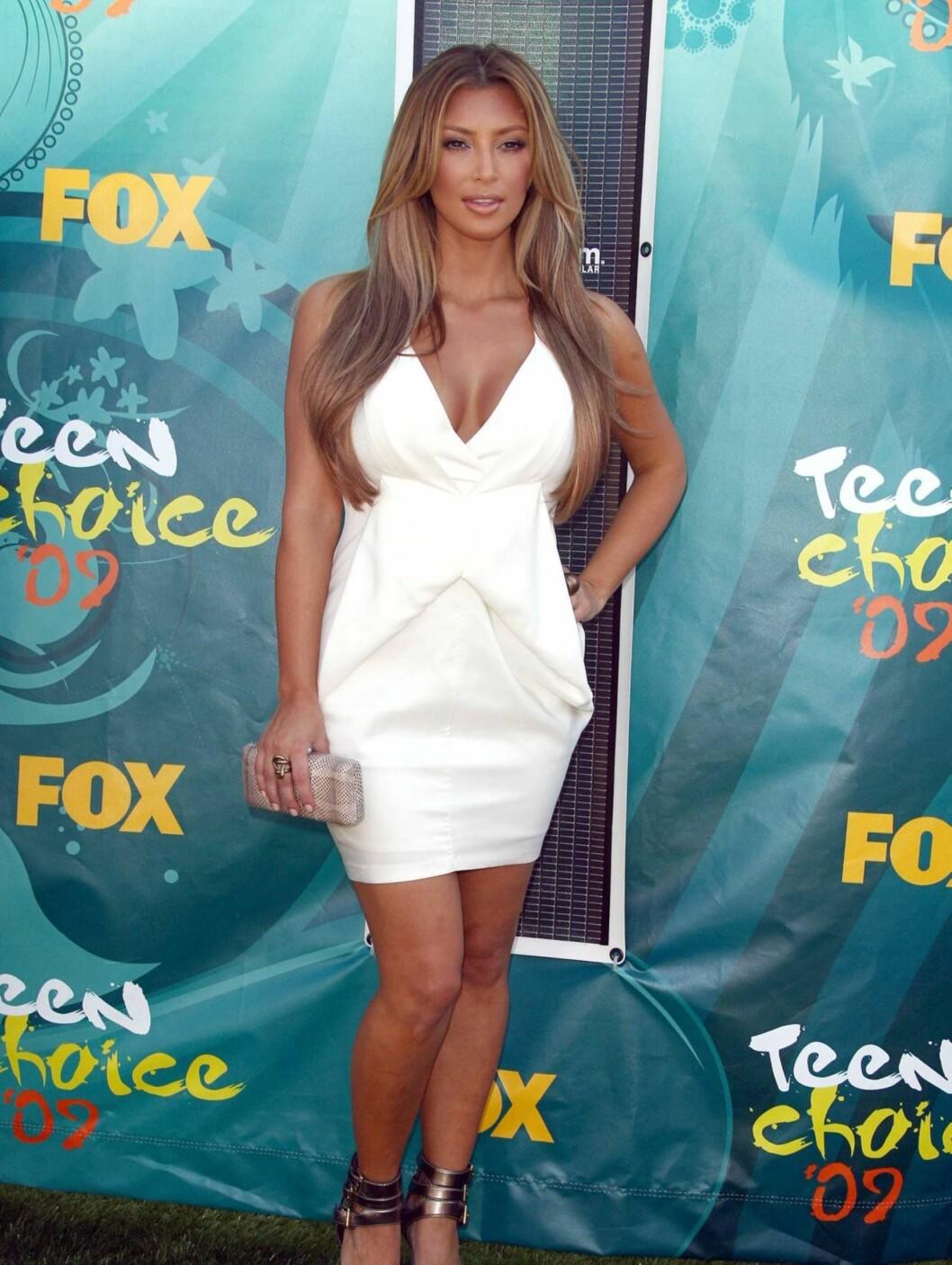 BLOND: Kim Kardashian har stripet håret lysere, og strålte i en hvit kreasjon.  Foto: Stella Pictures