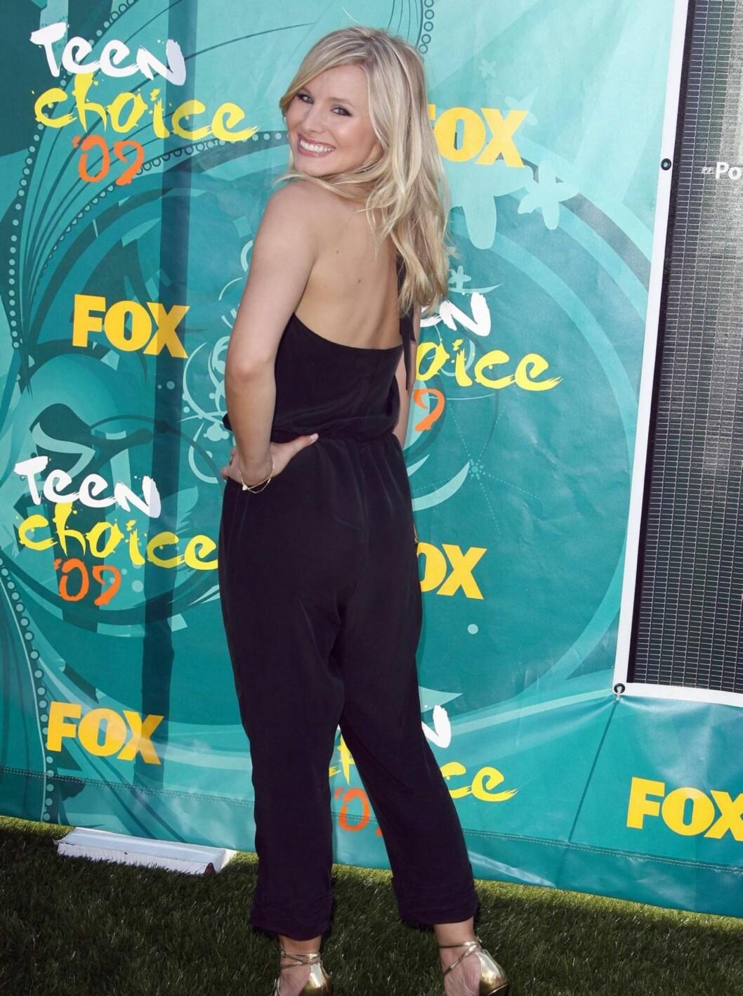 BUKSEDRESS: Søte Kristen Bell var en av få som ikke hadde på seg minikjole. Skuespillerinnen hadde på seg en lekker sort buksedress.  Foto: Stella Pictures