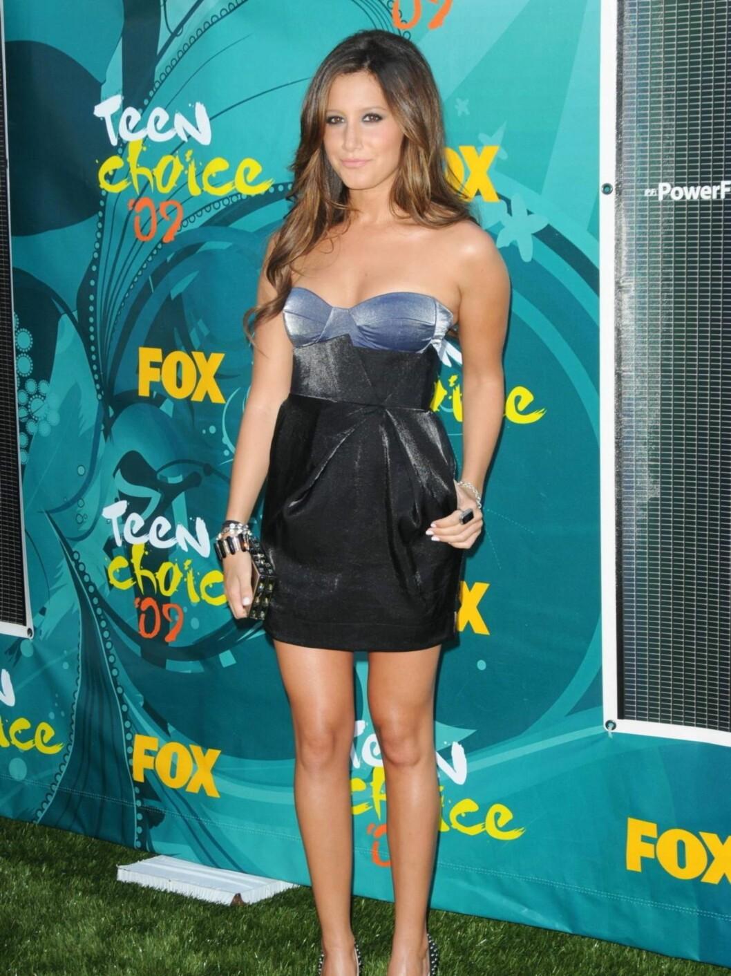 """SØT: """"High School Musicals""""-Ashley Tisdale i en lårkort mørkeblå minikjole.  Foto: Stella Pictures"""