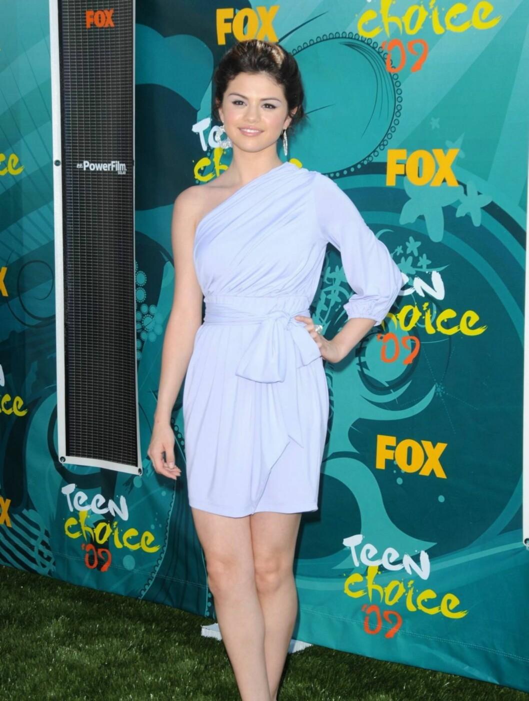 DISNEY-STJERNE:  16 år gamle Selena Gomez så veldig voksen ut i denne lyse kreasjonen.  Foto: Stella Pictures