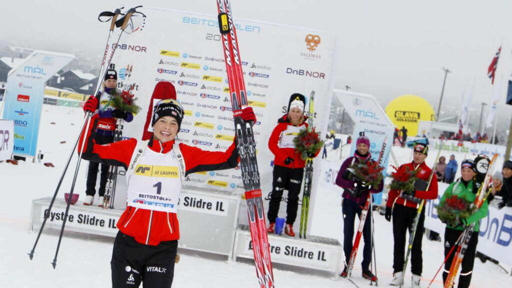 OVERLEGEN: Selv etter fire strafferunder kunne en fullstendig overlegen Ann Kristin Aafedt Flatland (28) håndhilse på publikum i skiskytternes sesongåpning søndag.  Foto: Håkon Mosvold Larsen / Scanpix