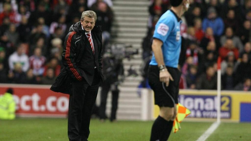 - KAN IKKE BLI LEI MEG: Deler av Liverpool-fansen ropte på klubblegende Kenny Dalglish under lørdagens kamp mot Stoke, der Liverpool tapte 0-2. Roy Hodgson sier han ikke kan la seg såre. Foto:  EPA/LINDSEY PARNABY