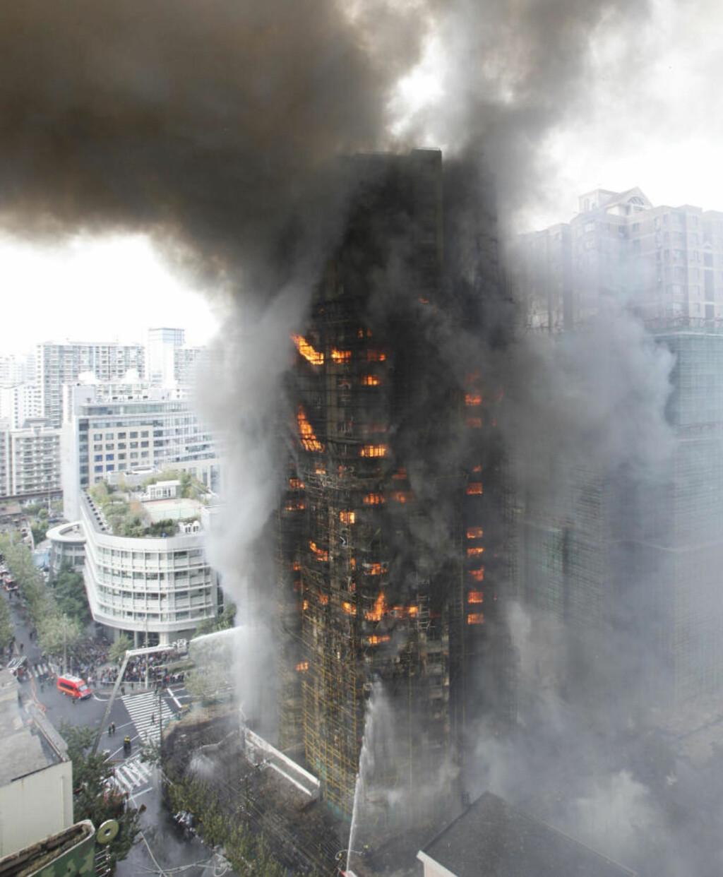UTBRENT: Brannfolk er fortsatt i sving på stedet. Det er tvilsomt om noe lar seg redde i blokka. Foto: Reuters/Scanpix