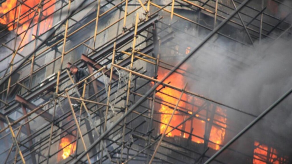 EKTREM REDNINGSAKSJON: Noen kastet seg ut av vinduene, andre klatret ned stillaset opptil 25 etasjer over bakken. Foto: AP/Xinhua/Scanpix