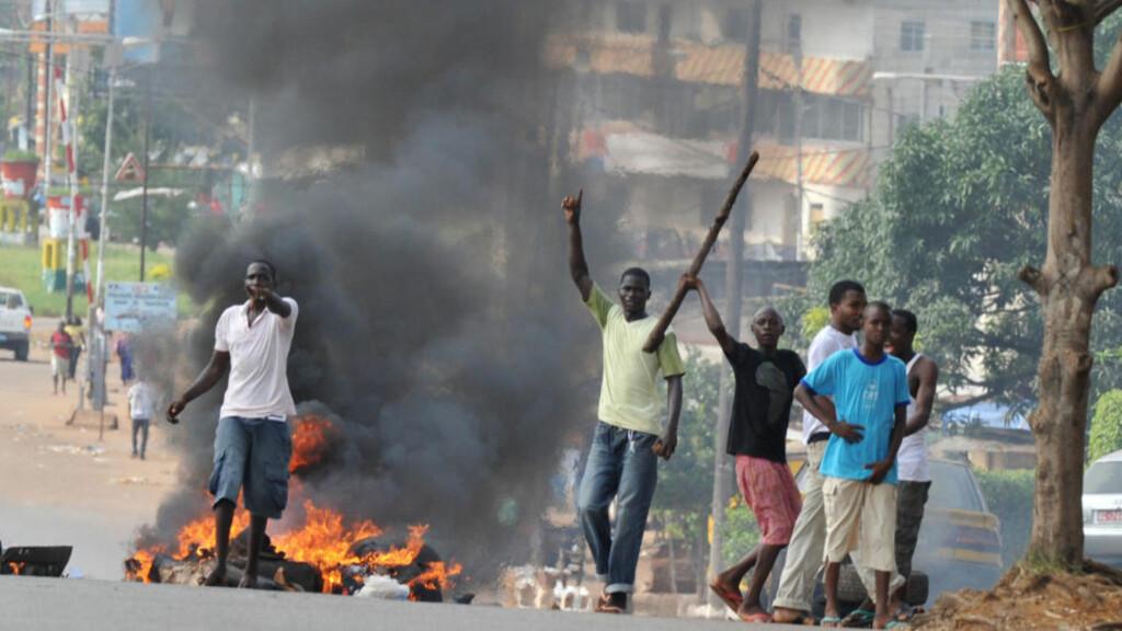 GATEKAMPER:  Minst en person mistet livet og flere titall ble såret etter at flere hundre unge Diallo-tilhengere barket sammen med sikkerhetsstyrker i hovedstaden. Foto: AFP PHOTO / ISSOUF SANOGO/ SCANPIX