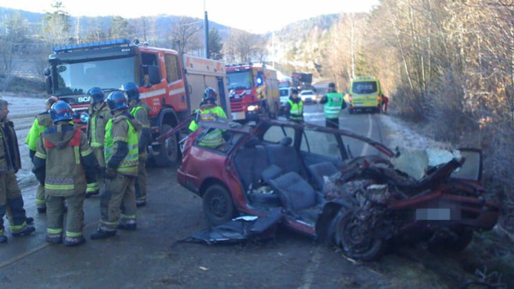 TRE ALVORLIG SKADD: Tre personer er fraktet til sykehus med alvorlige skader etter en bilulykke på riksvei 356 ved Vold i Skien i dag. Foto: Per Flåthe