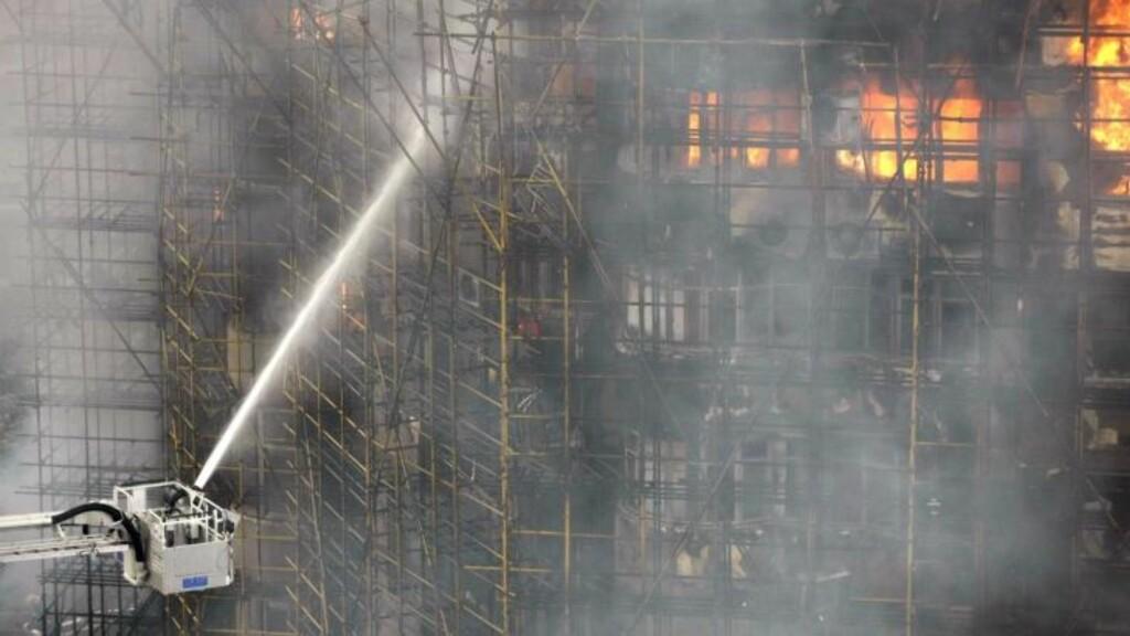 HÅPLØS KAMP: Minst 53 personer omkom i brannen. Foto: EPA/Scanpix