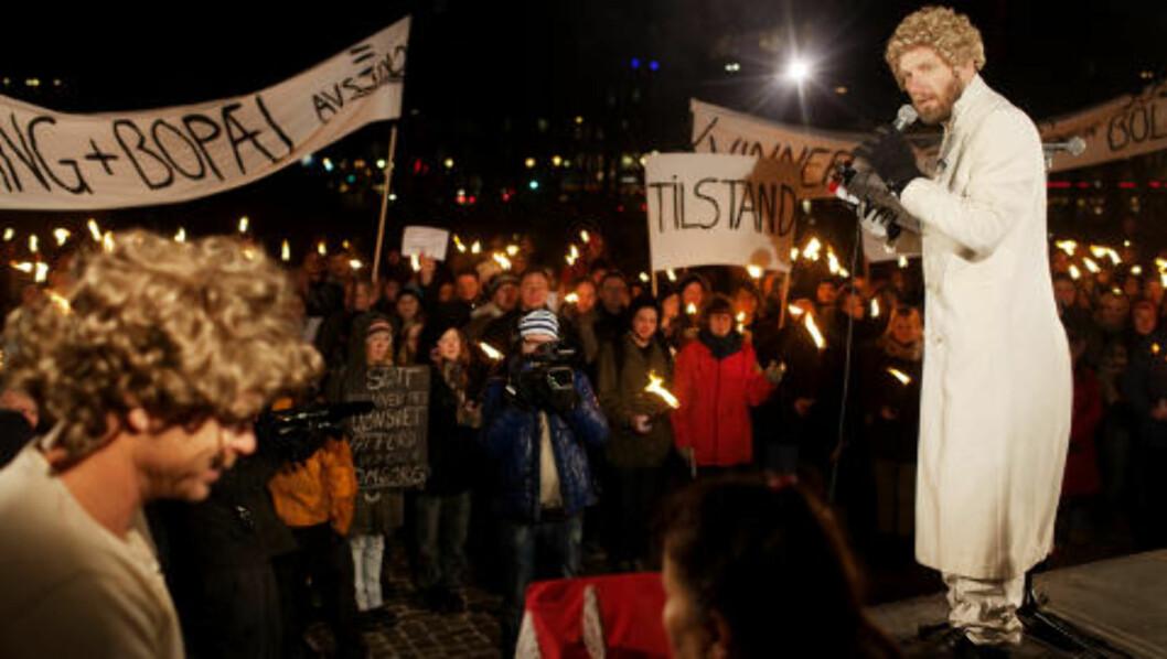 PÅ BARRIKADENE: Bård Tufte Johansen, som Gunnar Veistad i Helsedirektoratet, på barrikadene for å kjempe for «Kvinner som sliter med uønsket atferd ved egen omsorg» og «Menn som kjenner sinne ved lukten av eget kjønn» - fikk med seg flere hundre i demonstrasjonen i Oslo gater i går kveld. Foto: Agnete Brun / Dagbladet