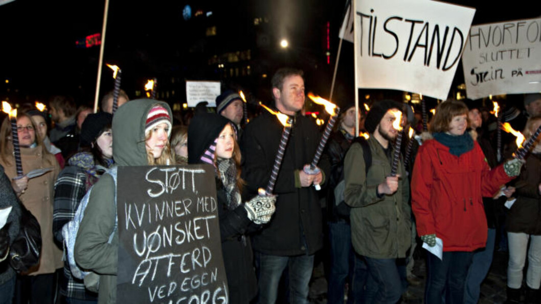 STORT ENGASJEMENT: 3-400 demonstranter ble med på stuntet til Bård Tufte Johansen og Harald Eia i Oslo sentrum i går kveld.