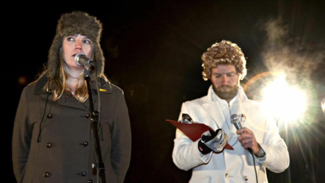 KULTUR FOR VANSKELIGSTILTE:  Ingrid Olava synger Bjørn Eidsvågs «Eg ser» mens Gunnar Veistad (Bård Tufte Johansen) legger inn sine kommentarer.