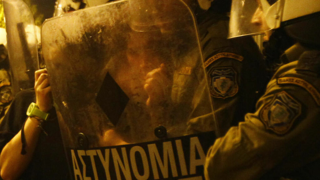 DRAMA: En demonstrant i nærkontakt med politiet utenfor den amerikanske ambassaden i Aten under en protest onsdag i forbindelse med markeringen av studentopprøret i Hellas i 1973. Foto: REUTERS / Yannis Behrakis / SCANPIX