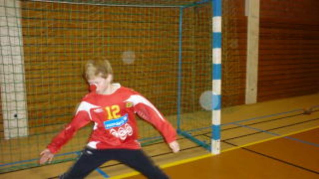 Målvakt Henrik stopper det meste som kommer i hans retning.