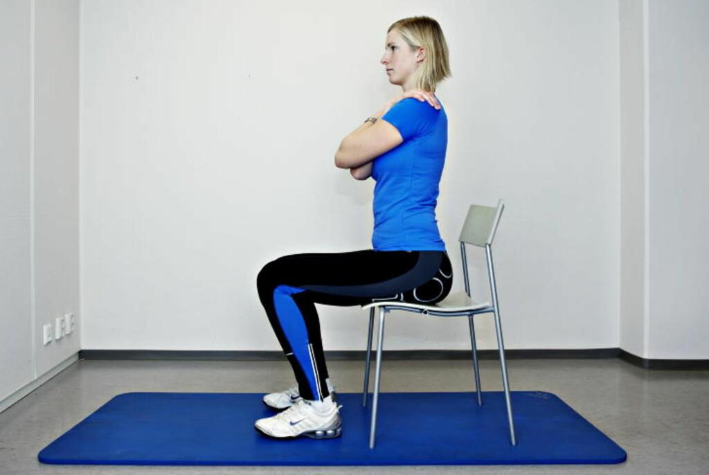 BEKKENVIPP: Sitt på kanten av en stol med armene over brystet. La korsryggen falle bakover mens magen slapper av. Bevegelsen skal komme fra korsryggen, ikke øvre del av ryggen. Gjør 50 repetisjoner daglig mens du sitter i kontorstolen. Alle foto: NINA HANSEN