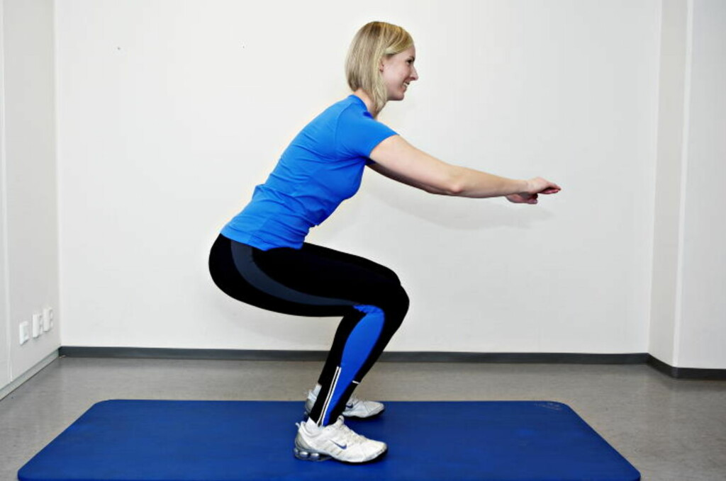 KNEBØY: Stå med beina med skulderbreddes avstand, og bøy ned. Du skal ha 90 graders vinkel i hoftene og knærne, og ha tyngden på hælen. Aktiver mage- og ryggmusklene og hold ryggen i midtstilling. Ti repetisjoner x tre serier.