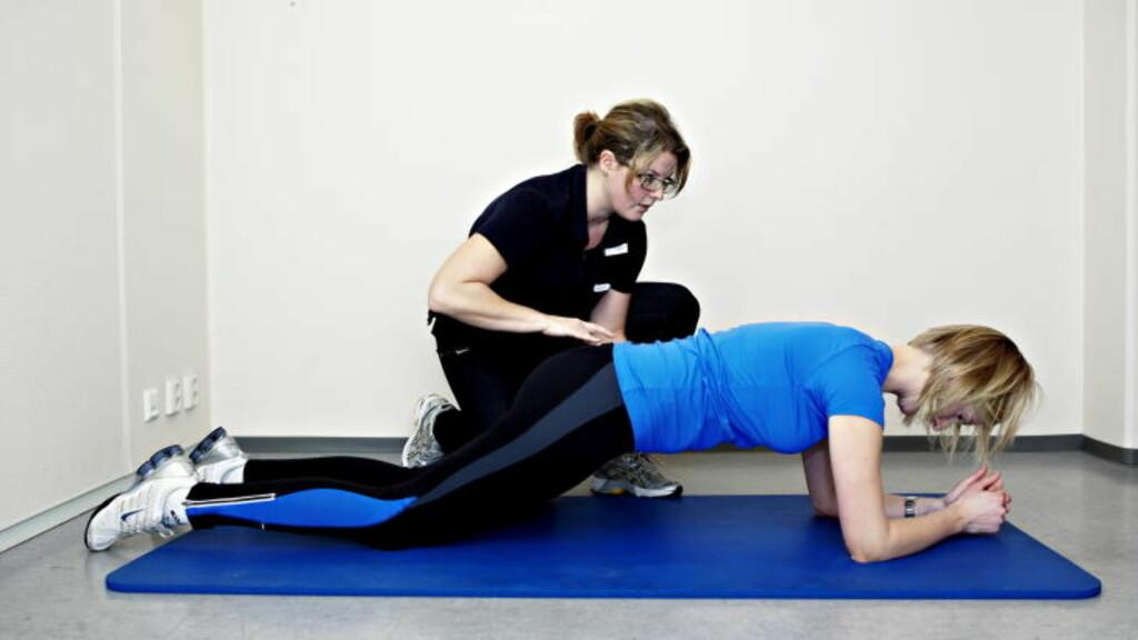 PLANKE: Ha knærne og albuene i bakken, rett opp brystet og finn midtstillingen i ryggen. Hold så lenge du kan. Nybegynnere orker kanskje ti sekunder seks-åtte ganger, etter hvert kan du holde lenger og stå på tærne.