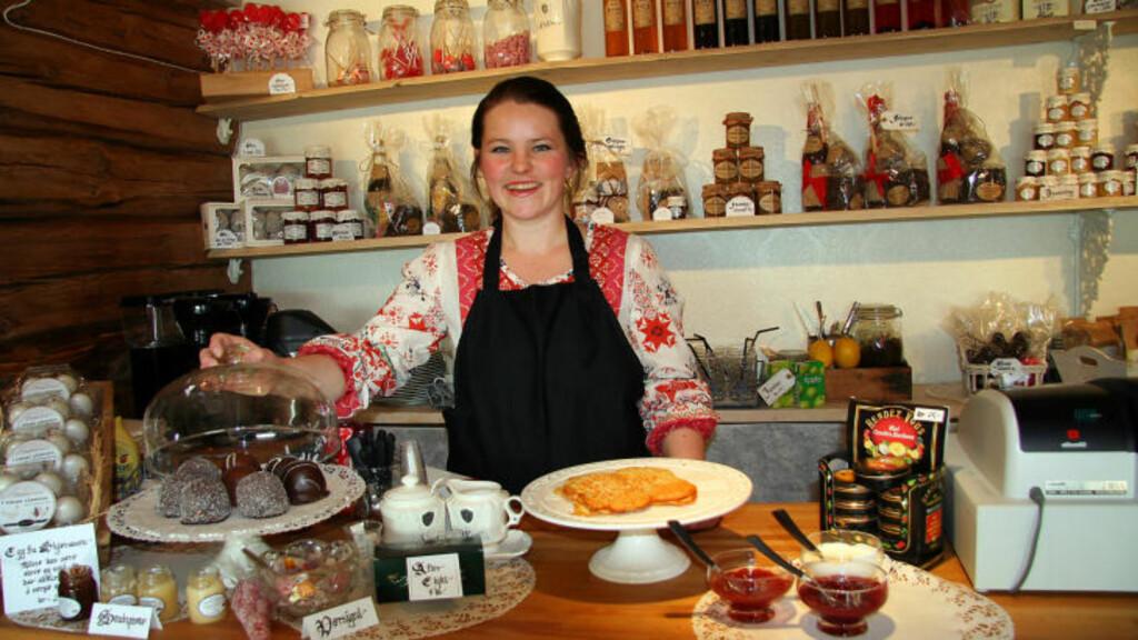 LÅVEKAFE: Kristin Skjæraasen (31) frister med nystekte vafler og norskproduserte kokosboller og produkter på Skjæraasen Gård i Trysil. Alle foto: Kirsten M. Buzzi