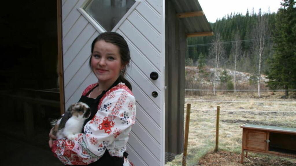 KANIN-KLAPPING:  Kristin Skjaraasen holder dvergvedderen Jemma, en av de fire kaninene som barna kan klappe. Foto: Kirsten Margrethe Buzzi/Dagbladet