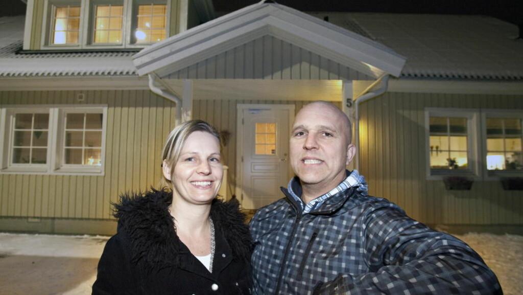 HUSSALG: Heidi Faye (39) og Rune Gustavsfon ( 47) skal selge huset sitt på Jessheim. Det får svært god karakter på energibruk, noe som kan gi inntil 20 000 i sparte strømkostnader i forhold til en bolig med dårligste karakter. Foto: TORBJØRN BERG