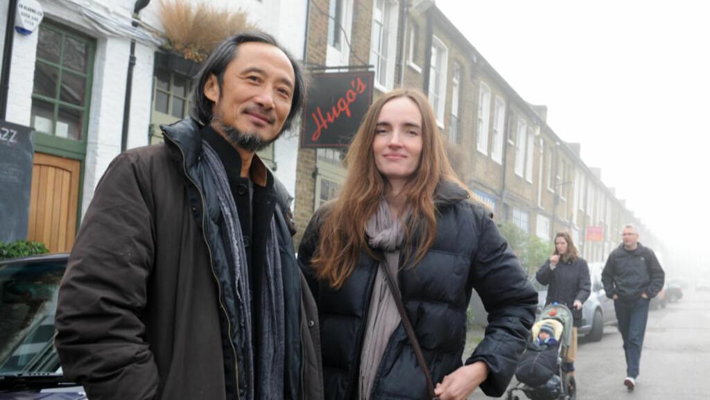 KONA OVERSETTER: Ma Jian (57) møtte kona Flora Drew (42) da hun laget et TV-program om ham i 1997. Nå har de fire barn sammen, og hun jobber som hans oversetter og tolk. Foto: KEITH HAMMETT