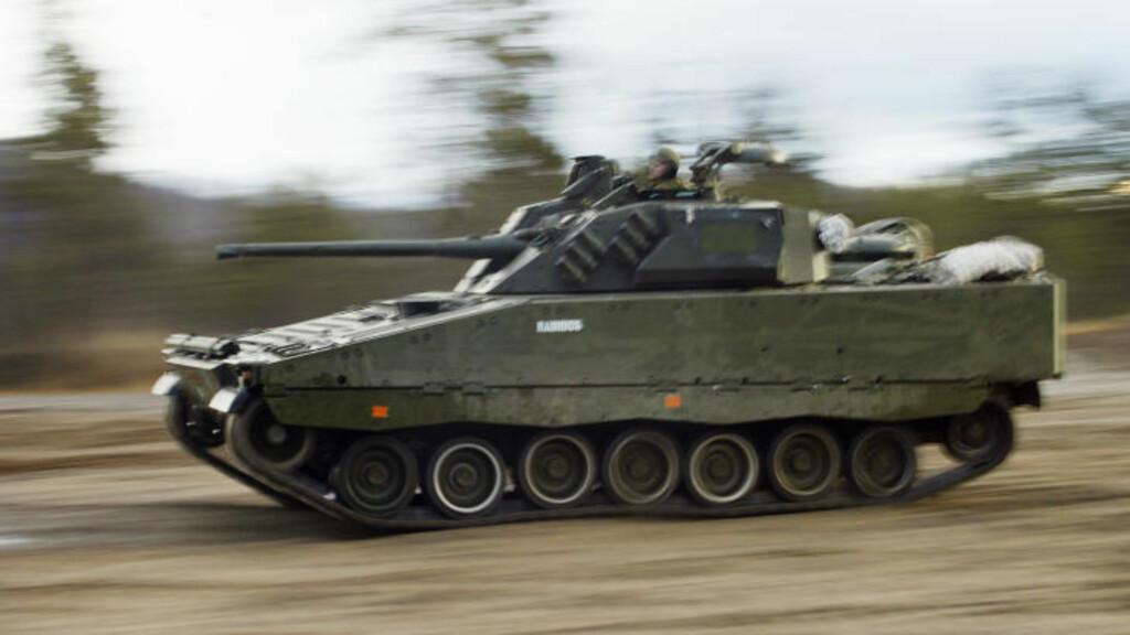 Visst er den stor og tung, men den har rå motorkraft også. Stormpanservognen CV90 har en toppfart på 66 km/t. Det oppleves som ganske så kjapt i tett og kupert terreng. Foto: Forsvaret