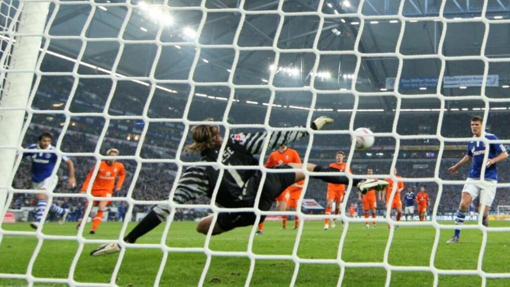 PÅ VEI MOT FORMEN: Raul scoret hattrick for Schalke i den tyske Bundesligaen i dag. Dette er hans andre mål. Foto: SCANPIX/EPA/FRISOGENTSCH
