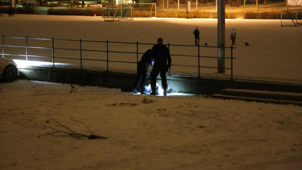 SKUTT: Her blir 32-åringen funnet av politiet etter at han har blitt skutt syv ganger. Bilen han ble skutt i skimtes til venstre på bildet. Foto: Svein Gustav Wilhelmsen Foto: Svein Gustav Wilhelmsen
