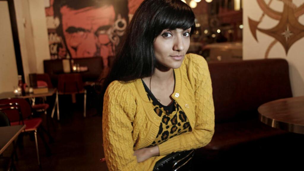 Indisknorsk:  Samsaya, som kom fra India til Norge som baby, er hindu, og tror at menneskene gjenfødes etter døden. Bakgrunnen er en fordel, synes hun: - Jeg føler at jeg har flere referansepunkter, akkurat som et bord har flere bein.