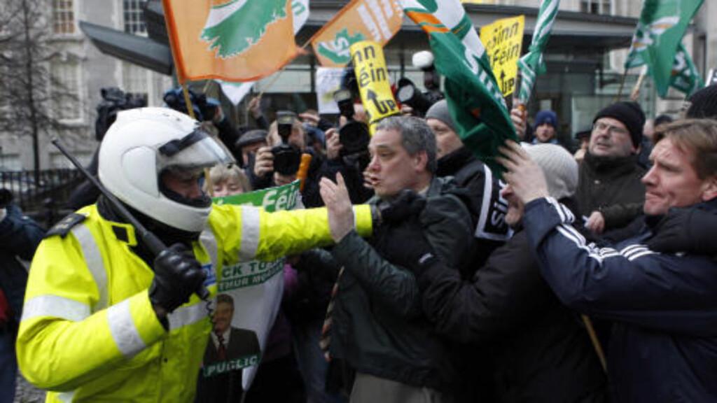 MISFORNØYDE: Medlemmer av partiet Sinn Fein demonstrerte i Dublin i dag. Foto: REUTERS/Cathal McNaughton