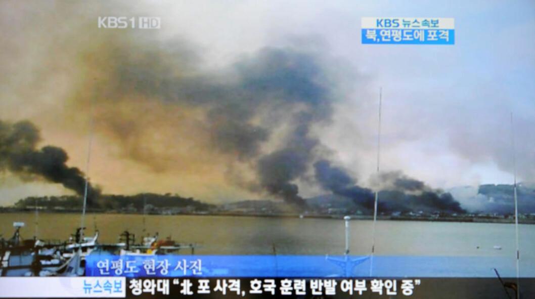 <strong>I BRANN:</strong> Bildet er fra den sørkoreanske TV-kanalen KBS, og viser røyken som stiger fra øya Yeonpyeong etter det nordkoreanske granatangrepet. Foto: AFP PHOTO/KBS OFF TV