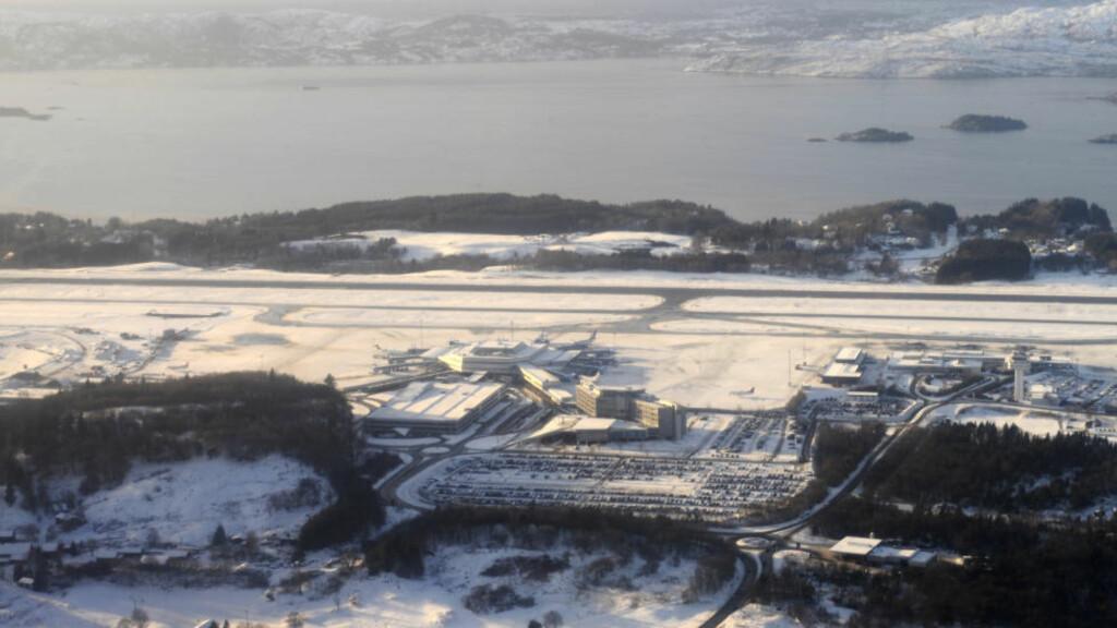 STOPP I DRØYE TO TIMER:  Bergen Lufthavn Flesland var evakuert og stengt mer enn to tiner i morges fordi en ansatt i Forsvaret sendte en sprengstofflignende gjenstand i reisebag. ARKIVFOTO: MARIT HOMMEDAL, SCANPIX.
