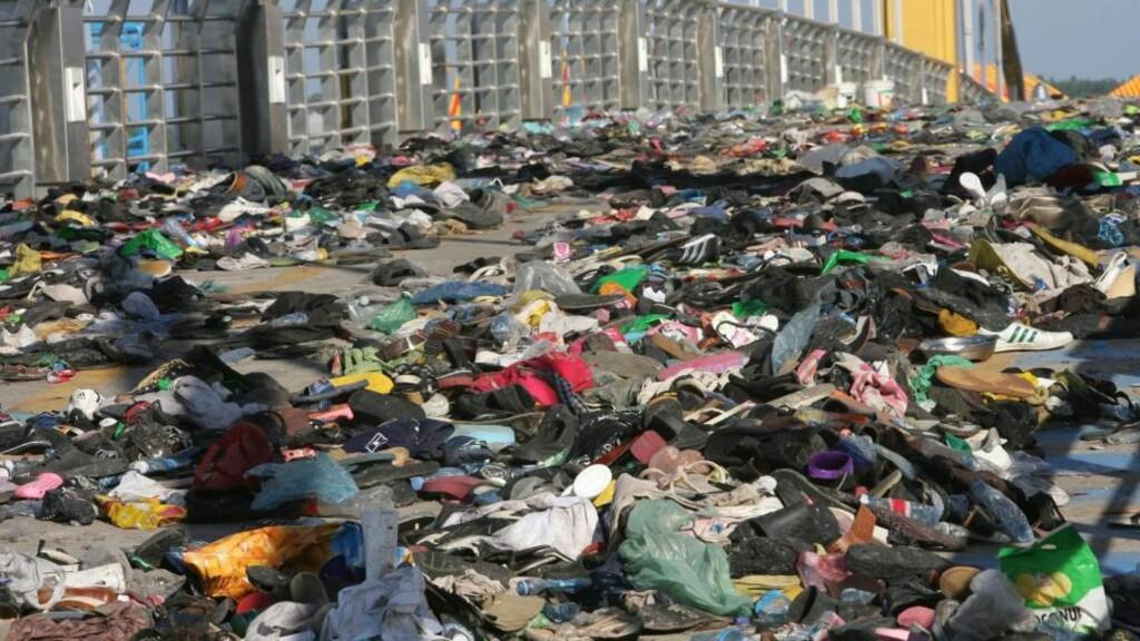 DØDSBRUA TIRSDAG:  Her ligger sko og personlige eiendeler til folk som ble trampet i hjel eller skadd under festkatastrofen i Kambodsjas hovedstad Phnom Penh mandag kveld. FOTO: MAK REMISSA, AFP/SCANPIX.