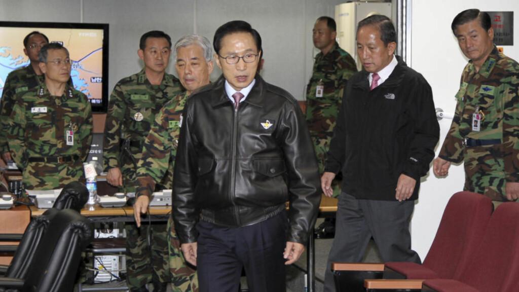 KRISEMØTE: Her ankommer Sør-Koreas president Lee Myung-bak Den militære sjefsnemnd sammen med forsvarsminister Kim Tae-young. Foto: AP Photo/Yonhap/Scanpix