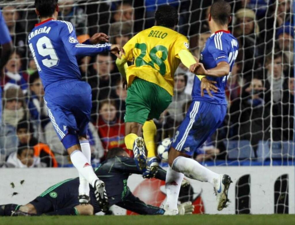 SJOKKSTART: Zilinas Babatounde Bello tuppet inn det første målet på Stamford Bridge etter 19 minutters spill. Foto: Kirsty Wigglesworth, AP/Scanpix