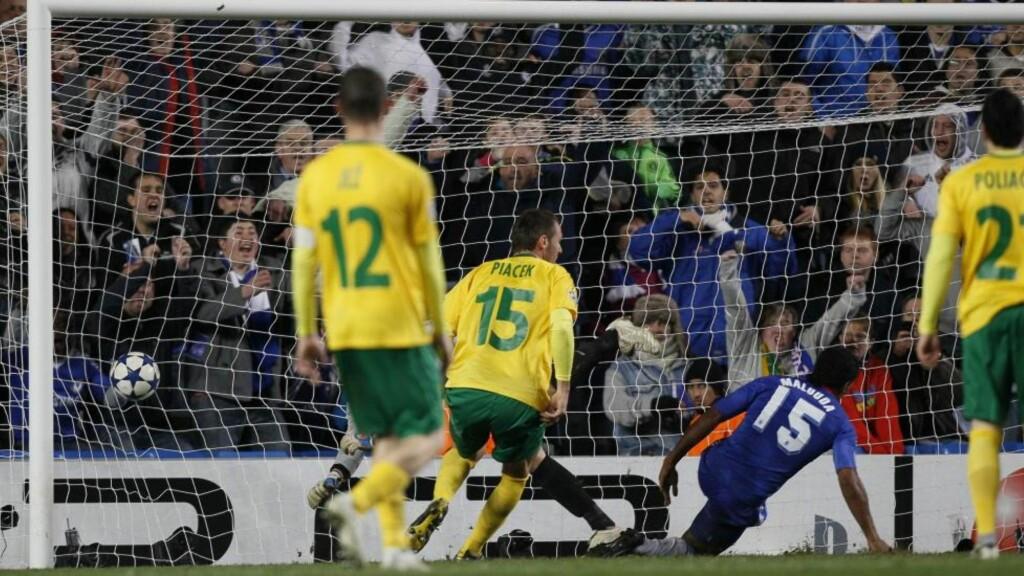 HAPPY ENDING: Florent Malouda kastet seg fram og pirket inn vinnermålet etter at Chelsea måtte slite mot Zilina fra Slovakia. Foto: Kirsty Wigglesworth, AP/Scanpix