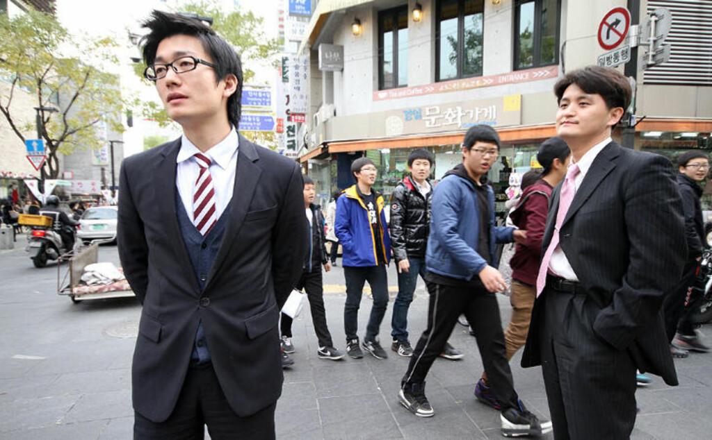 LIVREDD: Woorak Son (27) har fortsatt ett år igjen av verneplikten, og frykter at han nå kan bli kalt ut i en full krig mellom Sør- og Nord-Korea. Arbeidskollegaen Wookeun Song (40) har for lengst gått ut av vernepliktsrullene, og er ikke like bekymret. Foto: Kristoffer Egeberg