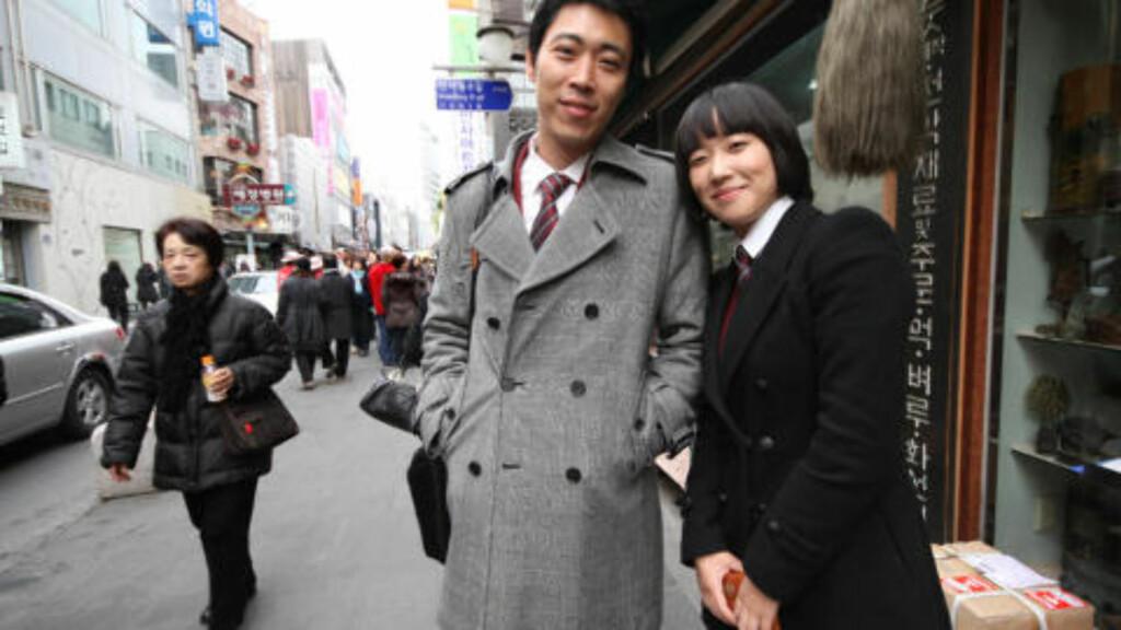 FORRÅDT: Jung-Young Jung (31) og Eunhee Lee (24) deler frykten for hva som vil skje på den koreanske halvøya. Samtidig føler de seg forrådt av Nord-Koreas ledere, som har mottatt mat og penger fra Sør-Korea. Foto: Kristoffer Egeberg
