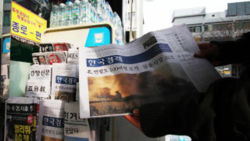 DÅRLIGE NYHETER: Bildene av den brennende landsbyen på øya Yeonpyeong preger naturligvis de koreanske avisforsidene i dag. Foto: Kristoffer Egeberg