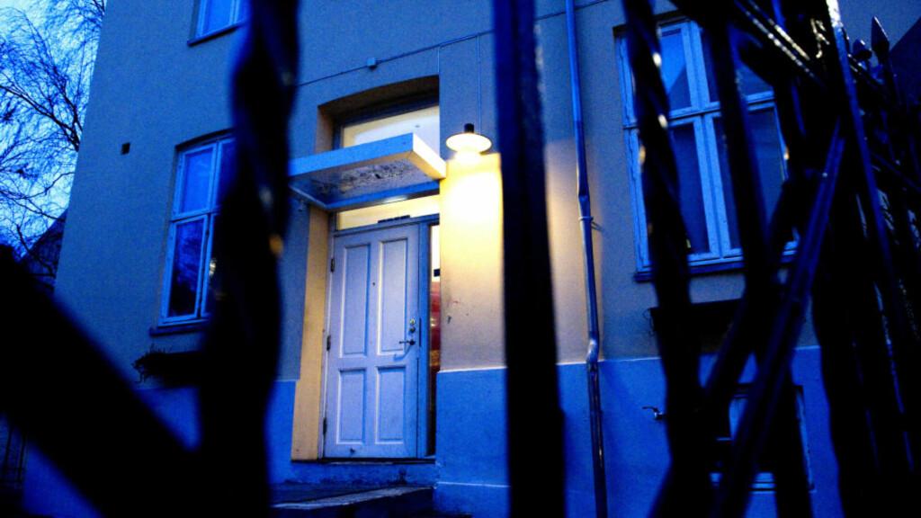 EVAKUERT:  Ansatte og alle leietakere hos Kirkens Bymisjon i Schandorffs gate 4 på Fredensborg i Oslo sentrum er evakuert etter at en død mann i går ble funnet i en av de 11 boenhetene som Kirkens Bymisjonen disponerer i bygården. Den døde kan ha ligget der i flere uker, og politiet jobbet i natt med åpne vinduer. FOTO: ØISTEIN NORUM MONSEN.