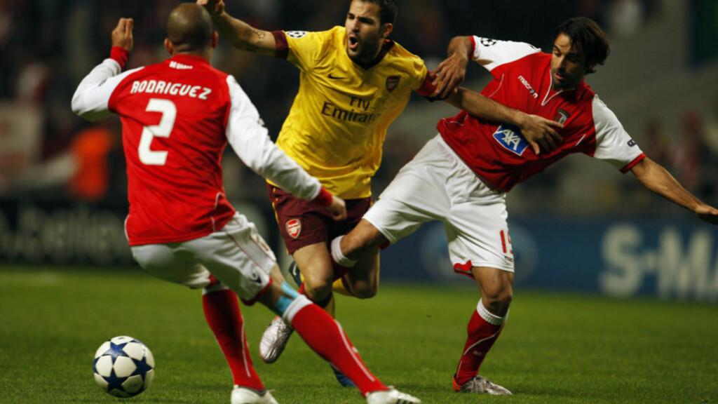 DOBBELSMELL: Cesc Fabregas gikk ut med skade, så slapp Arsenal inn to Braga-mål. Foto: REUTERS/Rafael Marchante