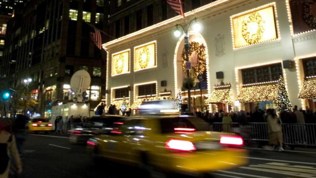 JULEGATE: Et av de første kjøpesentrene i New York til åtenne julelysene, pleier å være Lord and Taylor på 5. Avenue og 39nde gate, rett ved siden av Empire State Building. Foto: KRISTINE NYBORG