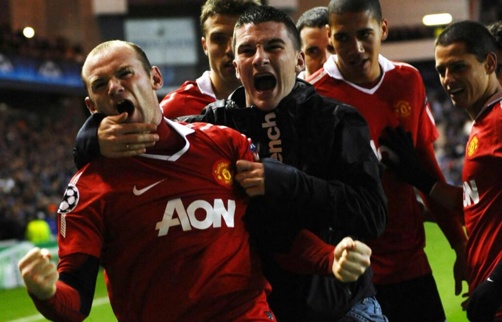 TILGITT: Denne Manchester United-supporteren så iallfall ut til å ha tilgitt Wayne Rooney alt bråket i høst da kraftpluggen ble matchvinner mot Rangers.Foto: SCANPIX